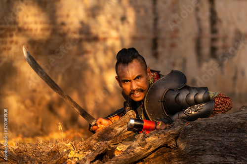 Photo Thai warriors in the Ayutthaya period Waiting to ambush the enemy By using a swo