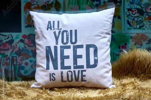 Alles, was du brauchst ist Liebe - Kissen mit Spruch Wallpaper Mural