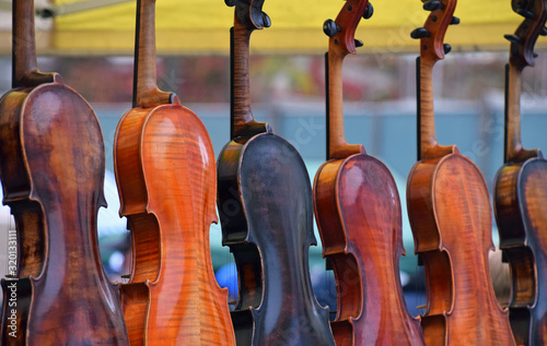 Obraz na plátně Violins For Sale In Shop