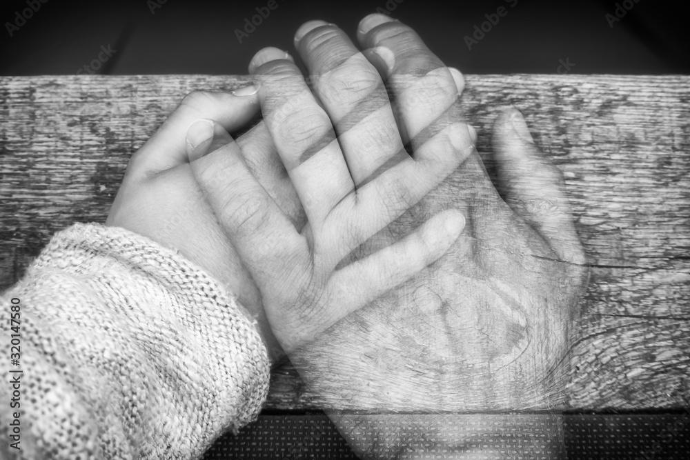 Fototapeta Einfühlsame Aufnahme von zwei Händen zum Thema Trennung, Tod und Vermissen