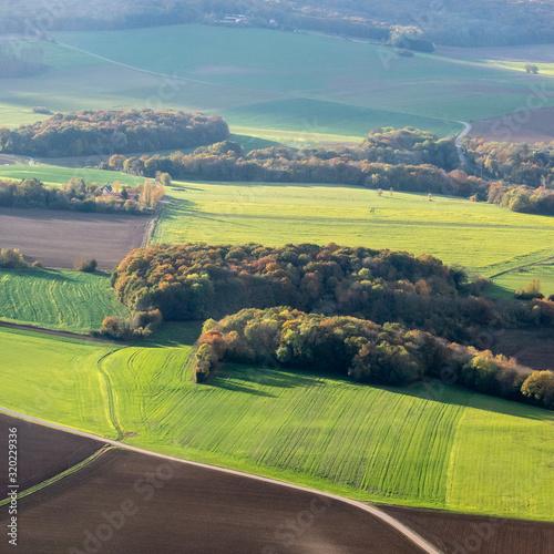 Fotografiet vue aérienne de la campagne à l'automne à Oinville-en-Vexin dans les Yvelines en