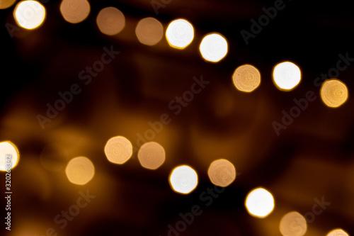 Photo Weihnachtlich funkelnde und strahlende Lichter als schönes Bokeh vor dunklem Hin