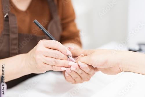 Valokuvatapetti ネイルサロンで施述する女性
