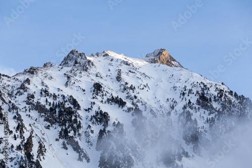 Fototapeta crêtes de montagnes enneigées