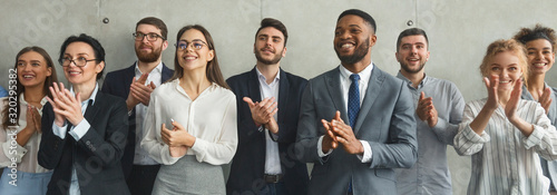 Photo Happy business team applauding after successful meeting