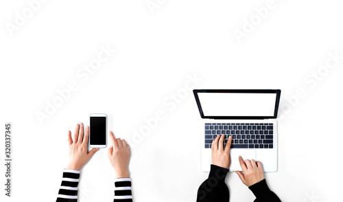 Ludzie pracujący razem z laptopem i telefonem