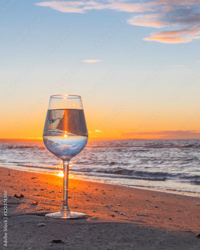 Fototapeta Reflet dans un verre au coucher du soleil.