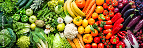Assortment of fresh organic fruits and vegetables in rainbow colors Fototapet