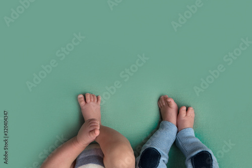 Valokuva feet of twins newborns, brother and sister, multiple pregnancy.