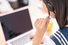 パソコンで勉強する女...