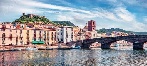 Photo Panoramic spring cityscape of Bosa town with Ponte Vecchio bridge across the Temo river