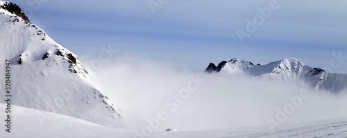 Cuadros en Lienzo Panoramic view on off-piste ski slope