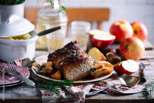 Valokuva Roasted pork loin with apples.style rustic