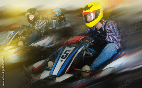 Fotomural Young people driving sport cars for karting