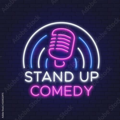 Znak komediowy neon. Konstrukcja linii retro mikrofon. Standup ikona na ściana z cegieł wektoru ilustraci. Pokaż neon, wstań, szyld godła