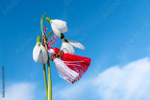 Foto Snowdrops and martenitsa against the blue sky