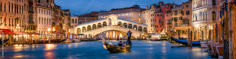 Fototapeta Panoramic view of the Rialto Bridge and Canal Grande in Venice, Italy