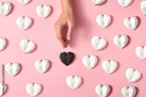 Photo Gypsum hearts pattern with woman's hand.