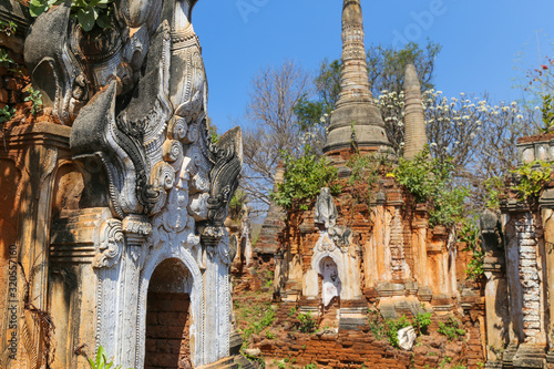 Semi dilapidated and restoted stupas of ancient pagodas in Myanmar Fototapet