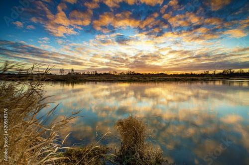 Fototapeta krajobraz   beautiful-sunrise-over-river-banks