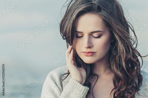Fotografia Lonely woman brunette outdoors portrait