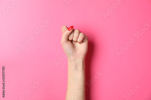 Fotografia Woman hand with red nails on pink background, space for text