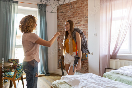 Photo Young female backpacker renting apartment