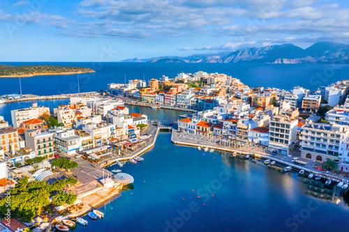 Photo The lake Voulismeni in Agios Nikolaos,  a picturesque coastal town with colorful