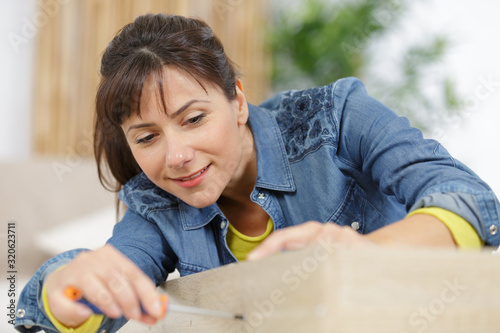 Fototapeta woman moving into new apartment house assembling obraz