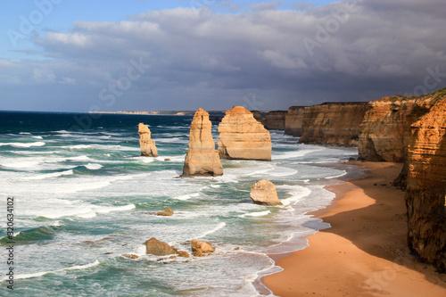 Cuadros en Lienzo Twelve Apostles along the Great Ocean Road in Victoria, Australia