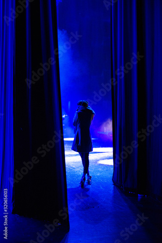 Fotografía Actress waiting on the backstage of a theater