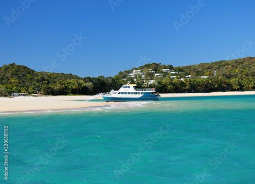 Obraz Boat In The Turquoise Water Of The Tropical Bay Of Great Keppel Island Queensland Australia - fototapety do salonu