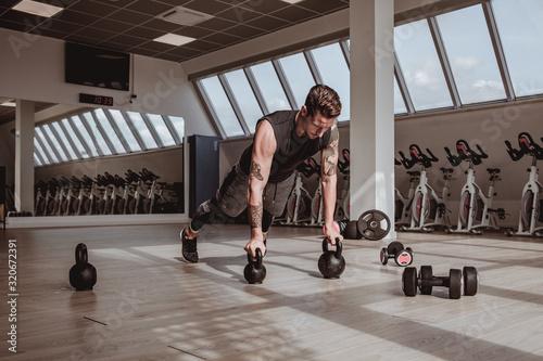 Personal trainer italiano che effettua dimostrazioni visive dei suoi allenamenti, eseguite a corpo libero Wallpaper Mural