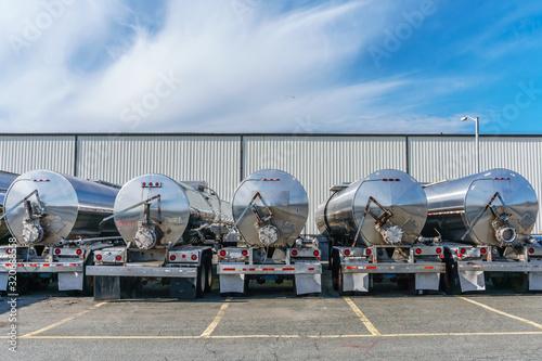 Fotomural Row of shiny metal tanker trucks