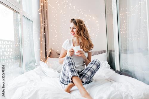 Obraz na płótnie Glamorous girl with happy smile chilling in good morning