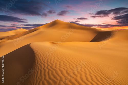 Fototapeta Piasek  sunset-over-the-sand-dunes-in-the-desert-arid-landscape-of-the-sahara-desert