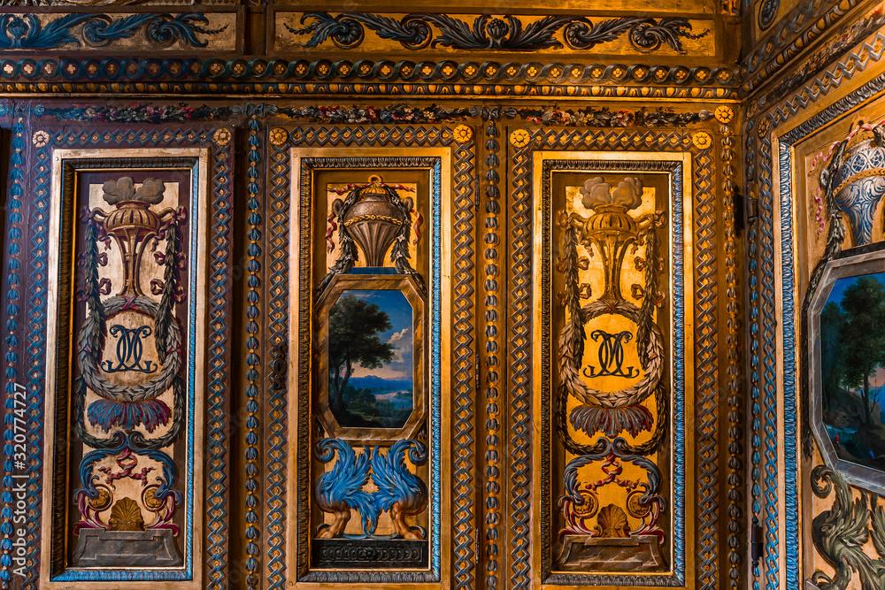 Interior decors of hotel de Lauzun, Paris, France <span>plik: #320774727 | autor: photogolfer</span>