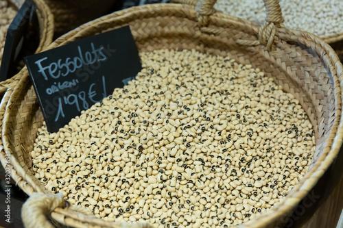 Black-eyed peas (fesolets de negre) in wicker basket on shelf of grocery store Fototapeta
