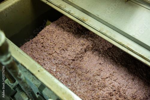 Fotografía Olive paste in crusher machine