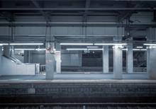 夜中の駅のホーム