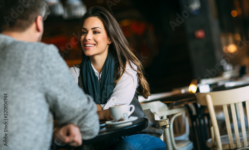 Fotografía Young couple at the bar having a coffee and flirting