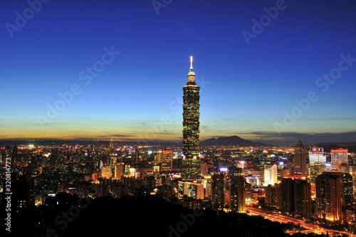Photo Taipei 101 at the sunset in Taipei