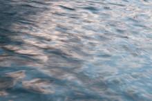 穏やかな波の水面 背...