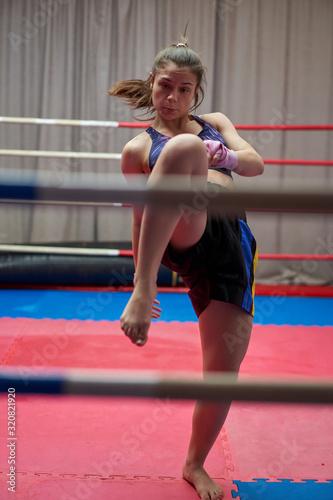 Photo Female kickboxer shadow boxing