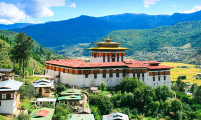 Königreich Bhutan, Himalaya, Asien, buddhistisches Kloster Festung Dzong bei Paro, bunt, Gebirge blau türkis, Mönche, Buddhismus, UNESCO Weltkulturerbe, Tradition