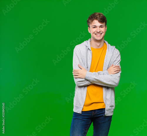 Photo young blonde man looking like a happy, proud and satisfied achiever smiling with