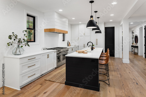 Fotografía Beautiful white kitchen with dark accents in new modern farmhouse style luxury h