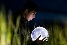 Chico Con La Luna En Sus Manos