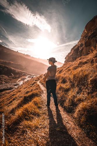 Photo A young woman looking at Mount Jaizkibel near San Sebastian in winter, Gipuzkoa