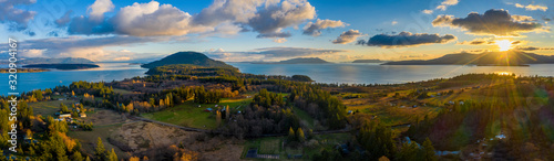 Fotomural Aerial Panoramic View of Lummi island During a Glorious Sunset